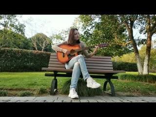 Наслаждаюсь музыкой средь яркой зелени ноябрьского дня