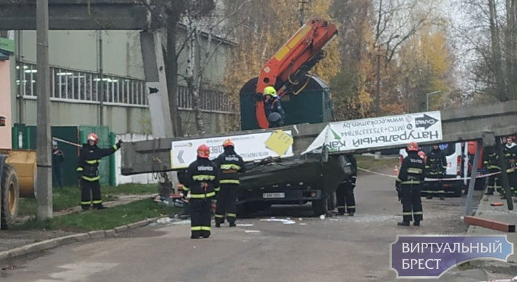 На ул. Генерала Попова бетонная балка рухнула на автомобиль и придавила людей