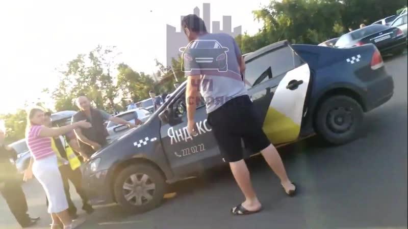 Водитель Яндекс.Такси покатал на капоте охранника