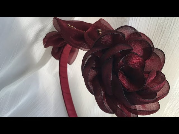 Flor invertida e folhas de organza