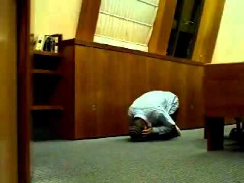 Это не Намаз говорят это древний вид молитвы Иудеев произношения на Арамейском языке