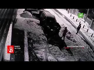 Несколько человек вскрыли машины во дворе дома в Курчатовском районе. Под раздачу попали минимум два автомобиля