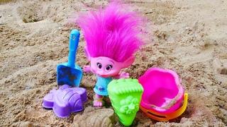 Juegos de arena. La muñeca Poppy y la torre de arena. Vídeos para niños pequeños