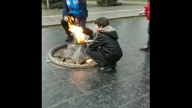 Даги жарят окорок на вечном огне