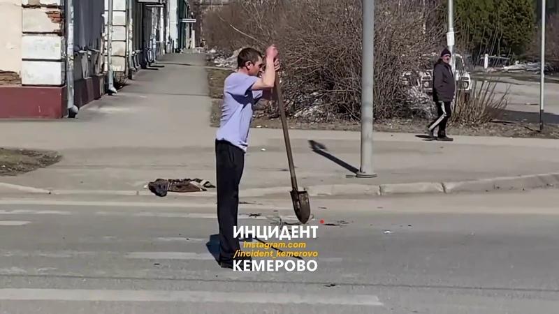 мужик с лопатой атакует автобус