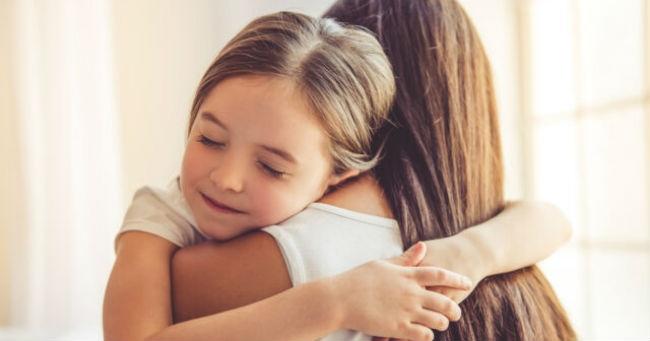 Доказано: чем чаще вы обнимаете своих детей, тем умнее они становятся