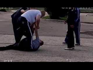 Леша из Новокузнецка бьет лежачего противника, который в пару раз меньше его. Герой!