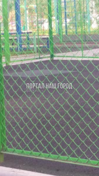 Покрытие на детской и спортивной площадках на Липчанского восстановили по просьбе жителя