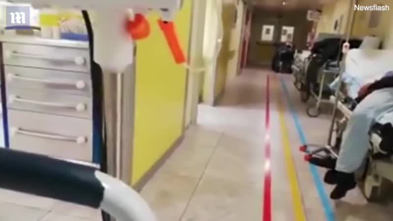Cảnh bệnh nhân nằm dọc hành lang tại bệnh viện Ý