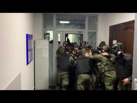 Правоохранители удерживают вход в админсуд от сторонников Филарета
