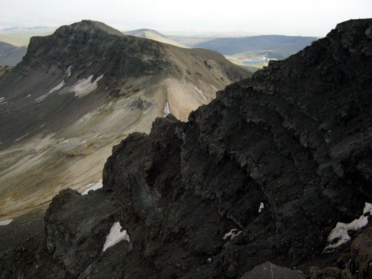 Южный и западный пики Арагац и озеро Кари Лич.