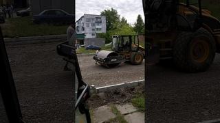 JCB dirt rink rolls dirt without a driver грунтовый каток JCB катает грунт без водителя