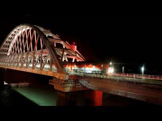 Первый поезд едет по Крымскому мосту