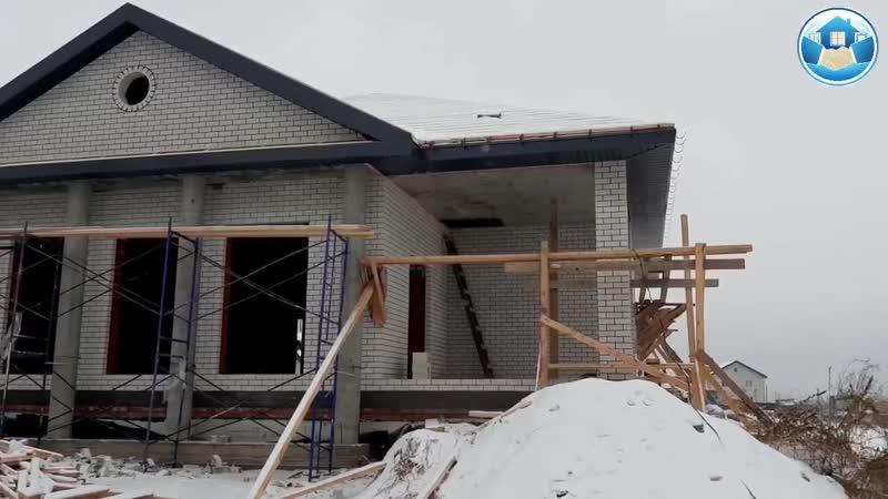 Поставили дом под крышу до Зимы. Строительство в 2020-м году.