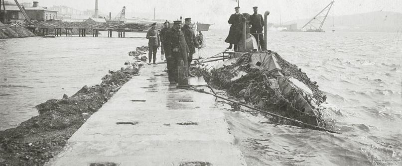 Подводная лодка «Сом» опутанная сетями. Владивосток, 1905 год.