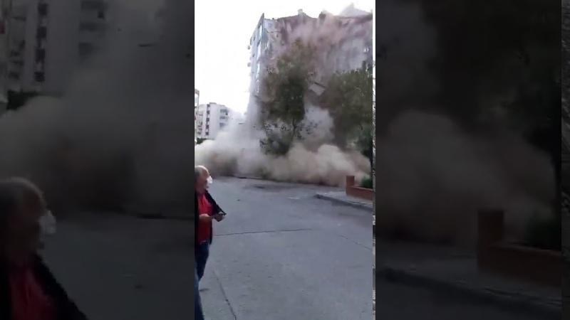 Момент обрушения жилого дома после землетрясения в турецком Измире