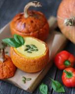 id_49677 Суп-пюре из тыквы со сладким перчиком 😋  Ингредиенты: ⠀ Тыква — 650 г Морковь — 1–2 шт. (200 г) Лук репчатый — 1 шт. Масло оливковое — 2 ст. л. Соль — 1 ч. л. Сливки — 200 мл Сладкий перец — 1 шт Сельдерей — 1 стебель ⠀ Приготовление: ⠀ 1. Тыкву очистить и порезать кубиками. Выложить в кастрюлю и залить водой (можно бульоном). 2. Выложить на сковороду с оливковым маслом: лук, натертую морковь, сладкий перец, мелко порезанный стебель сельдерея и немного обжарить, примерно 5 минут, не накрывая крышкой. 3. Переложить овощную смесь в кипящую кастрюлю с тыквой. Посолить и варить 20 минут. 4. Сделать пюре из содержимого кастрюли с помощью погружного блендера на малой скорости и добавить сливки. 5. Медленно помешиваем и довести до начала закипания. Не даём сильно закипеть! ⠀ Подавать с тыквенными семечками и гренками 🥖 ⠀ Приятного аппетита!  Автор: viktoriabakeris  #gif@bon🍴