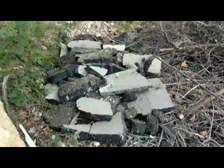 В очередной раз строители прячут строительный мусор после ремонта. ул.Громова