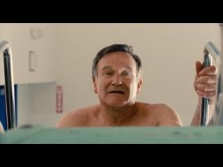 Робин Уильямс раздевается и голым прыгает в бассейн под давлением королевы