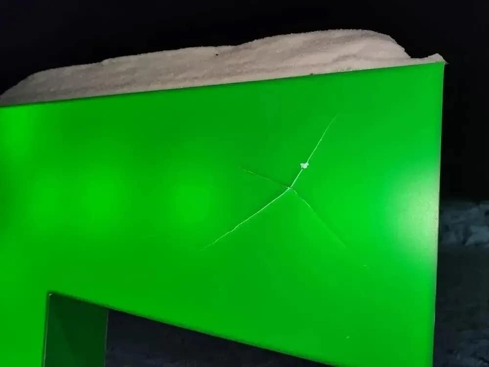 """В Петровске, на въезде в лесопарк """"Сосновый бор"""", вандалы повредили одну из букв светящейся надписи """"СОСНЫ"""""""