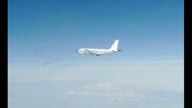 Истребитель Су 35 обнаружил и сопроводил стратегический самолёт разведчик RC 135 ВВС США над акваторией Тихого океана