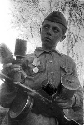 Марат Казей - ГЕРОЙ Великой Отечественной войны Марат Казей родился в 1929 году. Произошло это в деревне Станьково. До войны успел окончить всего лишь четыре класса. Родители были признаны