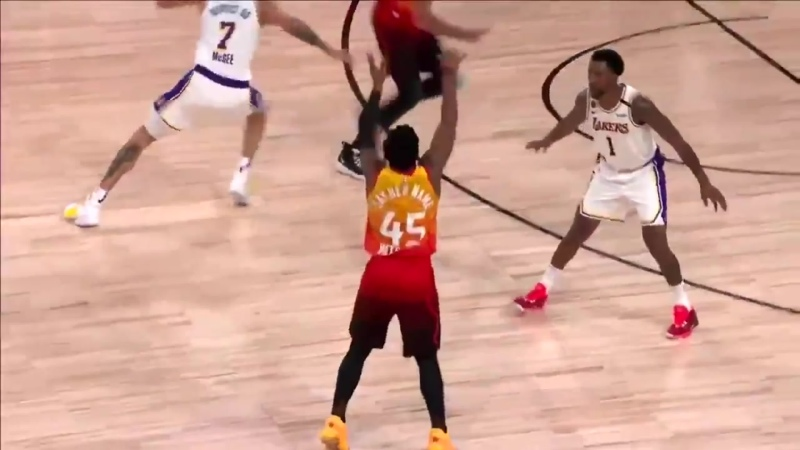 Rudy Gobert makes a perfect chest pass to Javale McGees face