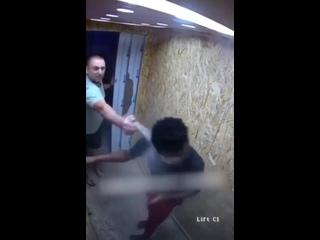 ЖЕСТЬ На Украине  мужик залил перцовкой и избил темнокожего