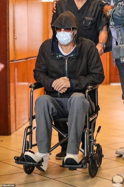 После похода к стоматологу Брэд Питт оказался в инвалидном кресле