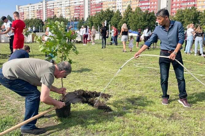 В Международный день дружбы в Тольятти высадили новые деревья