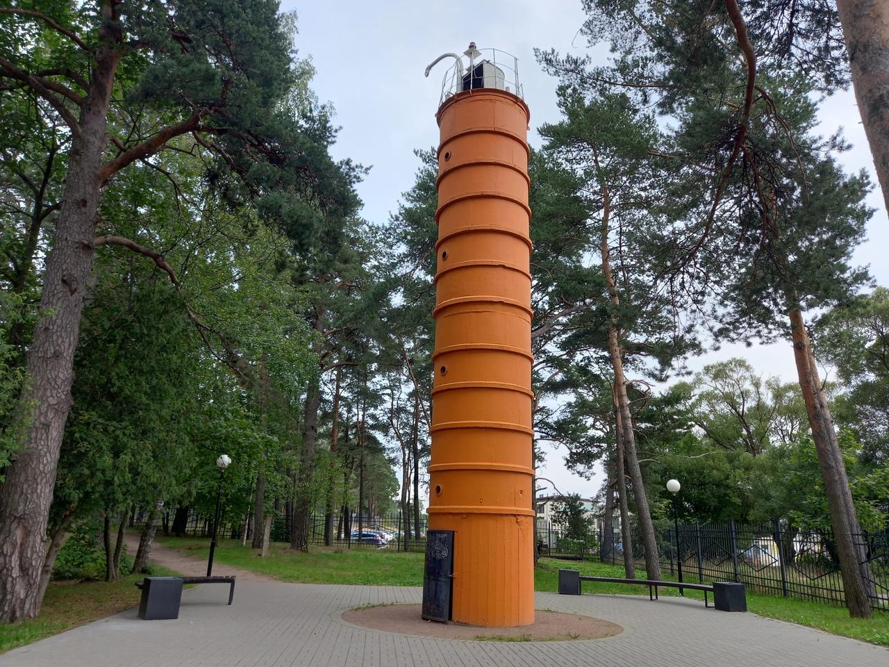 Заброшенный маяк на берегу Финского залива в Смолячково и городской парк в