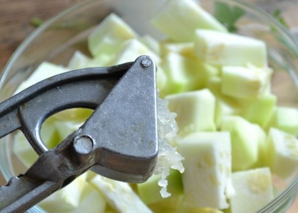 Кабачки в чесночном соусе на зиму Приготовила: Марина СофьянчукЯ очень люблю закатывать кабачки кружочками с различными соусами и маринадами. В который раз выбирая рецепт, я нашла кабачки в