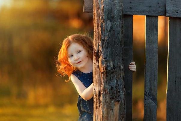 - я смотрю, между деревьями девочка лет восьми идёт, смело так, уверенно, словно не в первый раз Думал красная шапка на ней, а это она косы ярко рыжие вокруг головы обернула. А потом в дом к