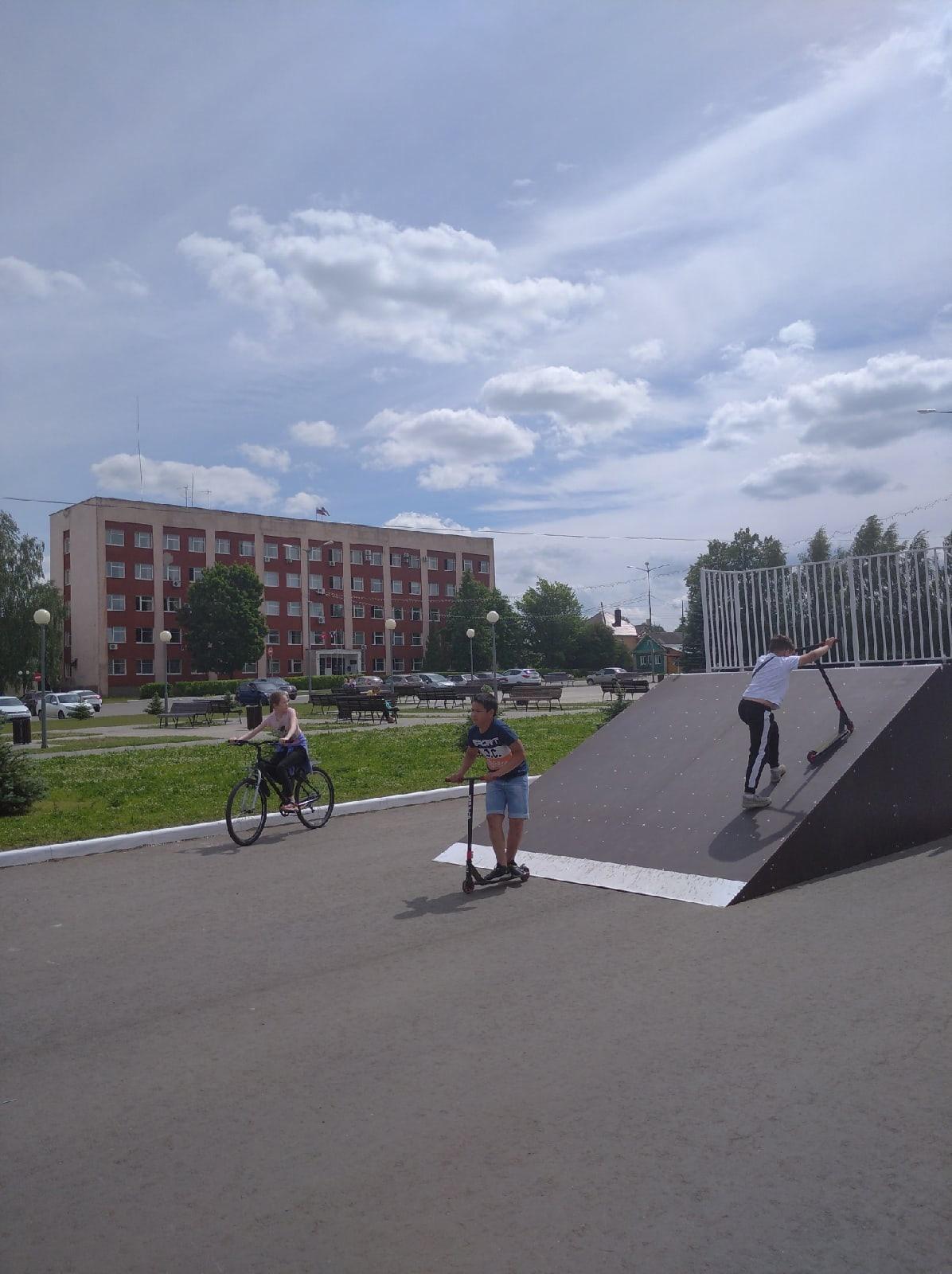 Скейт-площадку на центральной площади смонтировали и сдали