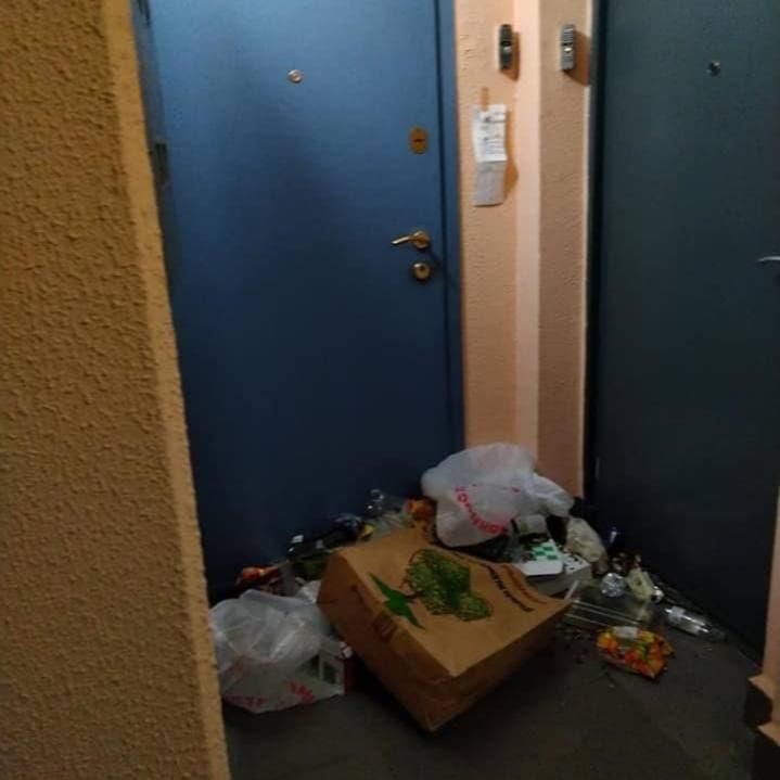 Москвичке надоело, что мусор никогда не выкидывают в мусоропровод, а ставят рядом, на площадке - там постоянно воняет, туда прибегают насекомые.