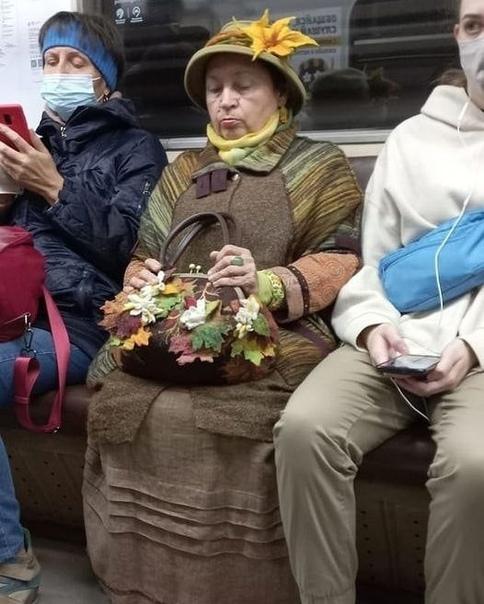 В московском метро заметили женщину-осень. Любите ...