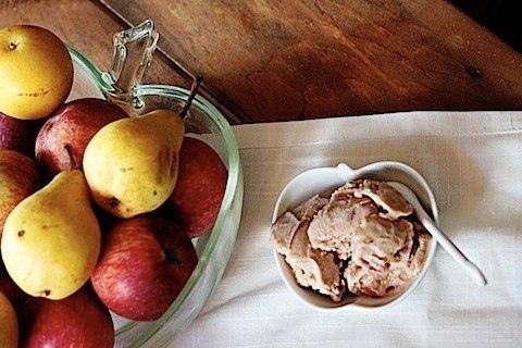 Яблочный йогурт-мороженое c коричневым сахаром.