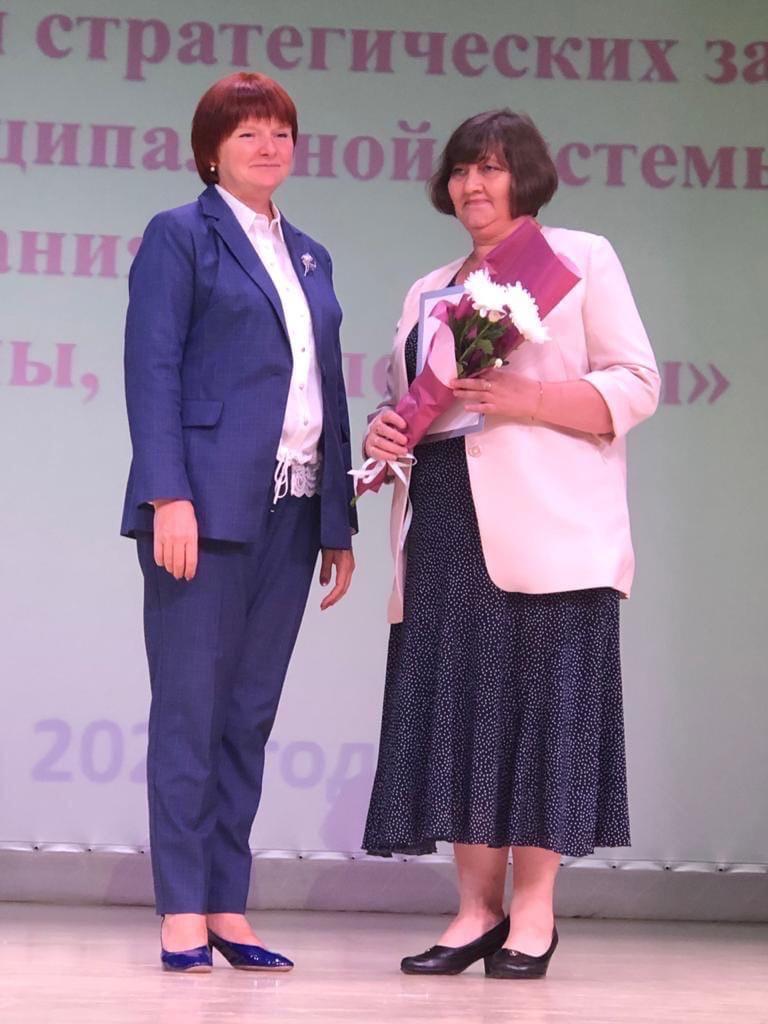 Вчера министр образования Удмуртии Светлана Болотникова вручала