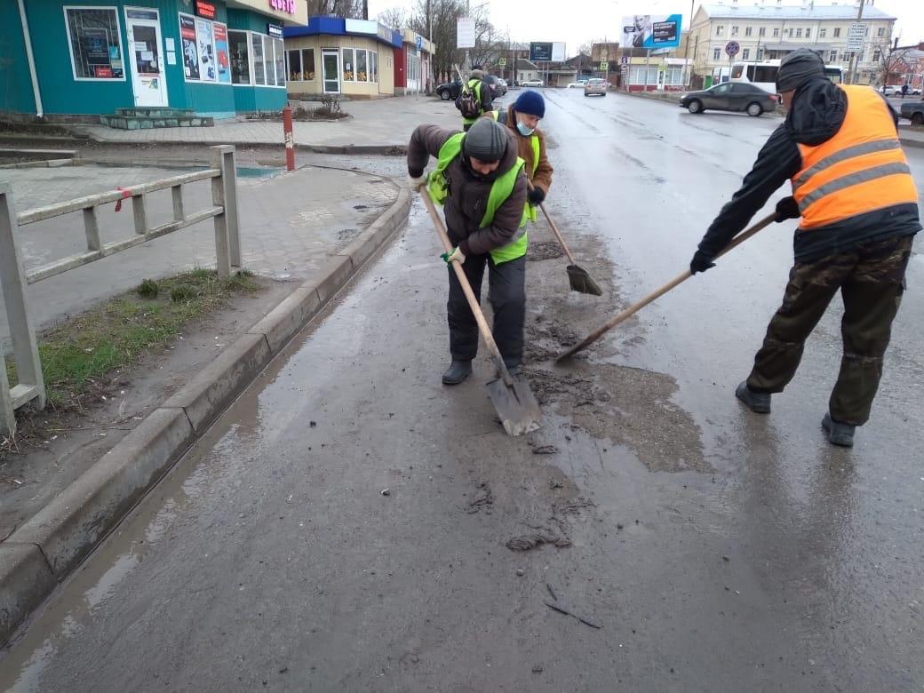 В городе Таганроге продолжаются работы по уборке автодорог