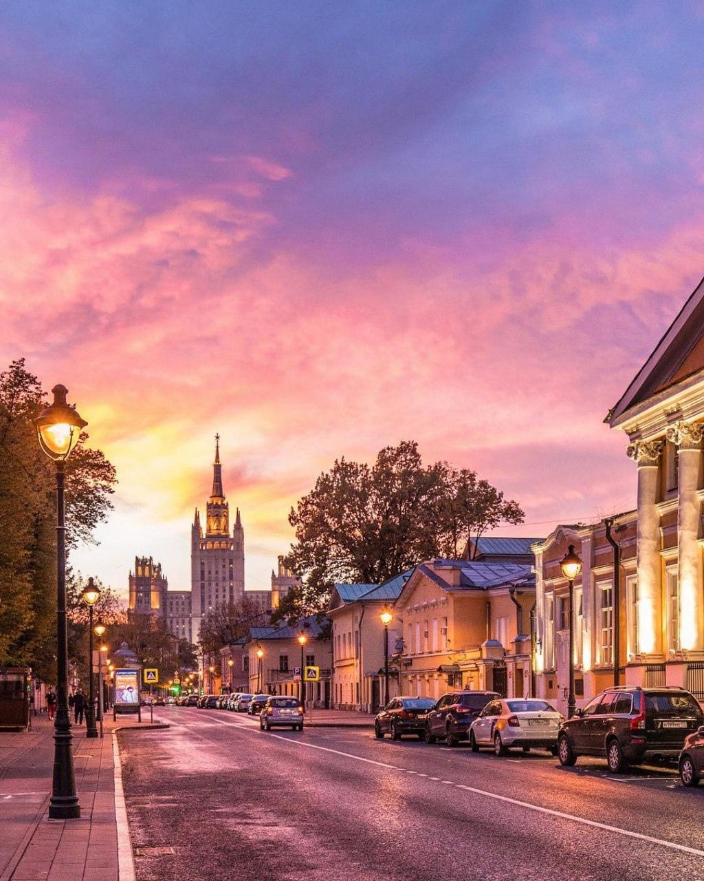 Большая Никитская улица на закате.