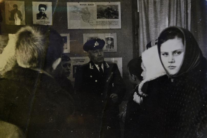 Н.Е. Шаров ведет экскурсию в музее для Анапских школьников.