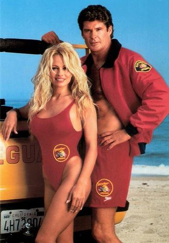 На фото: Памела Андерсон и Дэвид Хассельхофф на съемках фильма Спасатели Малибу. 1992 год