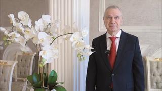 Председатель совета директоров холдинга «РСТИ» Фёдор Туркин поздравляет с Международным женским днём