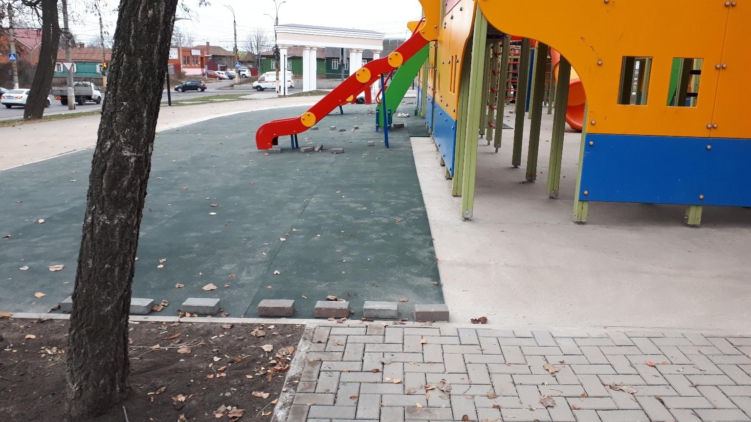 В парке Дзержинского Курска вздулось покрытие детской площадки