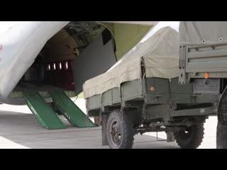 Погрузка передвижного хлебозавода в самолет ВТА для отправки в зону паводка в Иркутской области