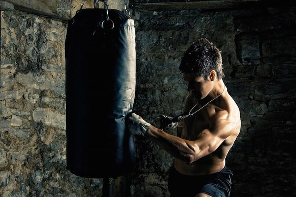 Сила удара спортсменов:  Боксер - удар рукой - около...