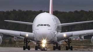 Airbus А380 на фоне споттеров. Посадка и взлет самолета-гиганта  в Домодедово.