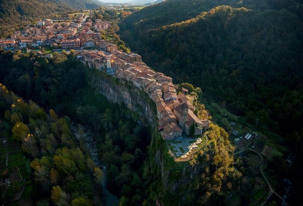 Городок на скале Кастельфольит-де-ла-Рока  одно из самых красивых и необычных мест Испании