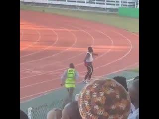 Тренер из Занзибара радуется победе своей команды над бывшей